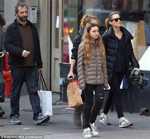 leslie mann judd apatow wedding leslie mann strolls with husband judd apatow and their two