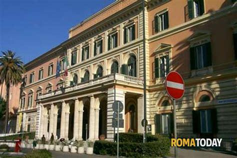 Roma Original 1 policlinico umberto i uomo minaccia medici con un bisturi