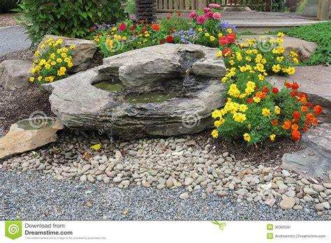 Garten Und Blumen by Garten Wasserfall Und Blumen Stockbild Bild 36300591