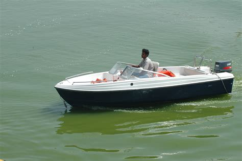 pictures of boats on the lake file motorboat at kankaria lake jpg
