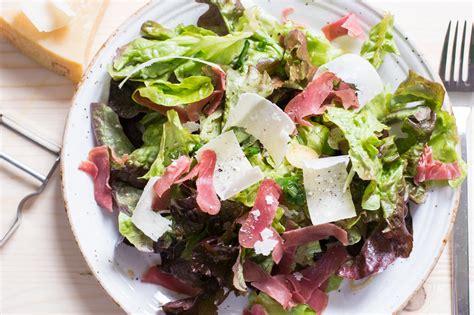salat anrichten deftiger schinken parmesan salat lecker low carb