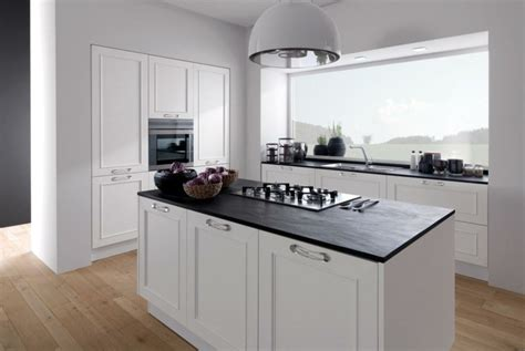 cuisine blanche et plan de travail noir plan de travail cuisine moderne en et bois