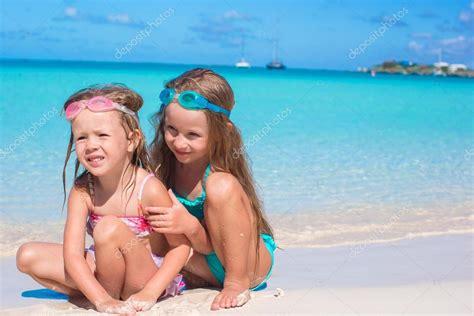 bambine in costume da bagno adorabili bambine in costume da bagno e occhiali da nuoto