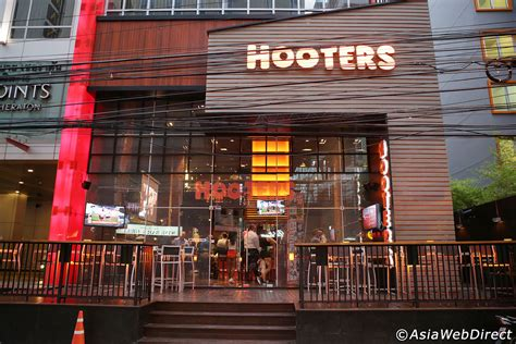 hooters bangkok american sports bar  sukhumvit