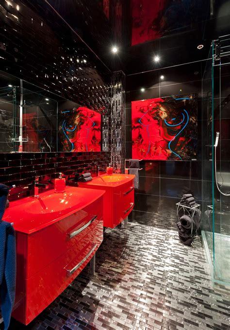 banos en color rojo  negro colores en casa