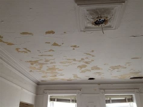 fixing a cracked ceiling using caulk