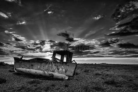 imagenes en blanco y negro de barcos barco de pesca abandonado en paisaje blanco y negro de la