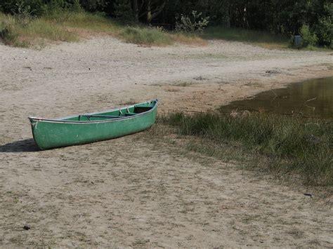 bootje friesland bootje op het droge bij de berkenplas op schiermonnikoog