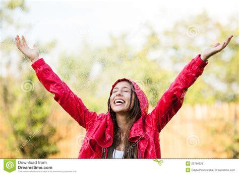 imagenes mujer alegre mujer alegre que juega en lluvia im 225 genes de archivo