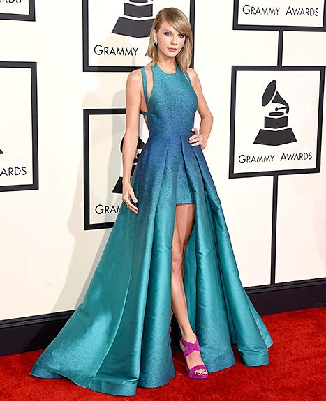 Goes For Black Accessories The Awards by Goes Casual In Black Dress To 2015 Grammys