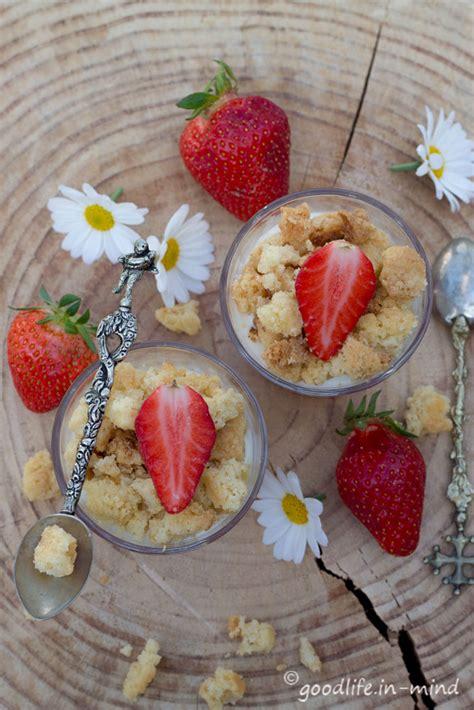 quark erdbeer kuchen quark erdbeer kuchen im glas mit streusel goodlife in