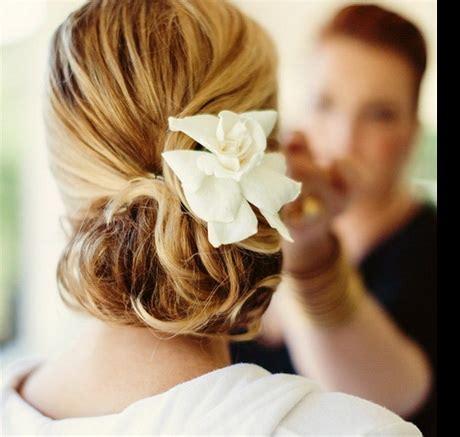acconciature con fiori freschi acconciature sposa con fiori freschi
