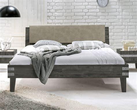 graues holzbett doppelbett im industrielook aus akazie paraiso