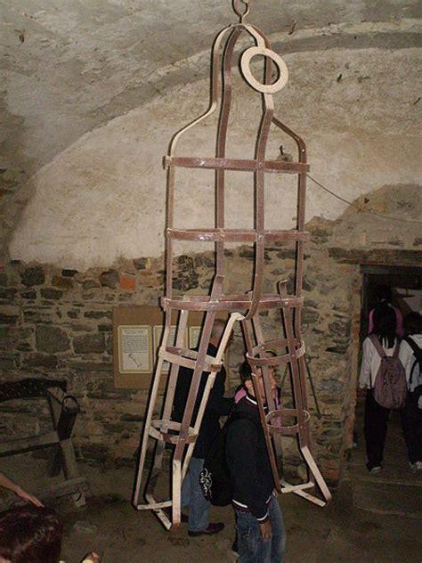 donne in gabbia gli strumenti di tortura in mostra le esposizioni pi 249