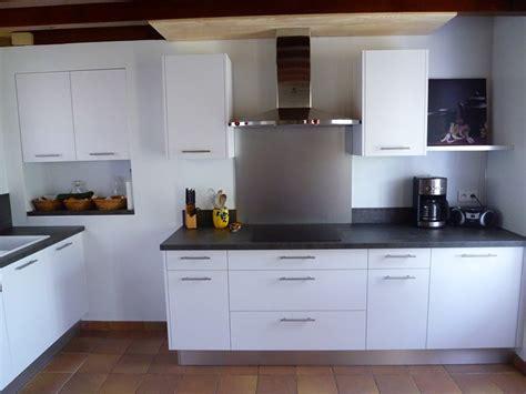 cuisine blanche laqu馥 sans poign馥s cuisine noir laqu plan de travail bois cuisine italienne
