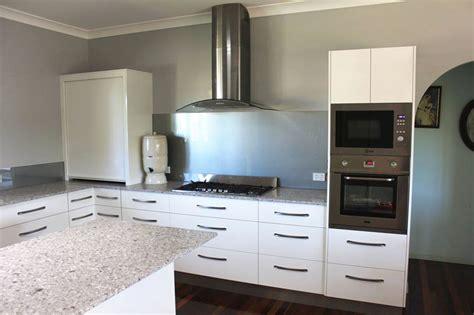 kitchen renovation brisbane with caesarstone benchtops and white macubus quarzite classic caesarstone class brisbane kitchen renovation