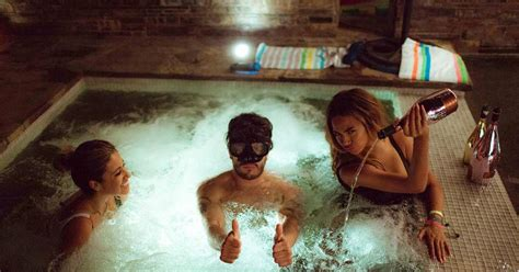 beyonce bathtub fans fume when beyonc 233 dumps pricy chagne into hot tub