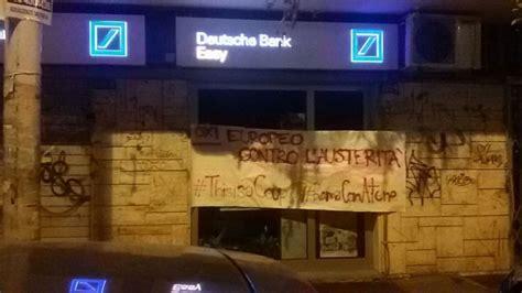 deutsche bank sedi quot roma con atene quot nella notte striscioni e scritte sui