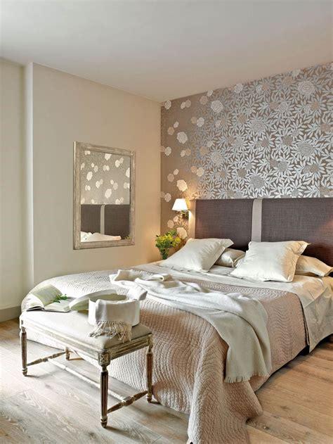 decorar habitacion de matrimonio con papel pintado dormitorio con pared del cabecero con papel pintado