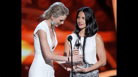 taylor swift and olivia hug taylor swift and olivia munn fight over award at people s