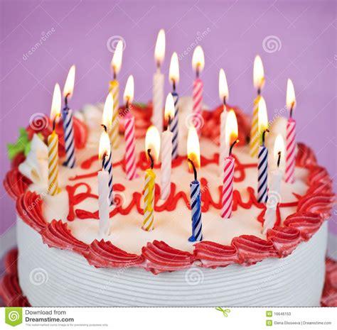 candele torta torta di compleanno con le candele illuminate immagine