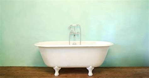 how to clean porcelain bathtub how to polish a porcelain or enamel tub ehow uk