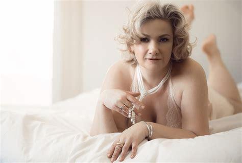 modern mature glamour photo boudoir plus size curvy girl photos photographer