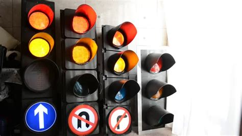 why are the lights in traffic signals always in order uk traffic signal heads plessey microsense peek youtube