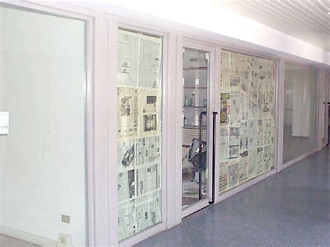polizia municipale pavia pavia commerciante mette un adesivo sulla sua vetrina