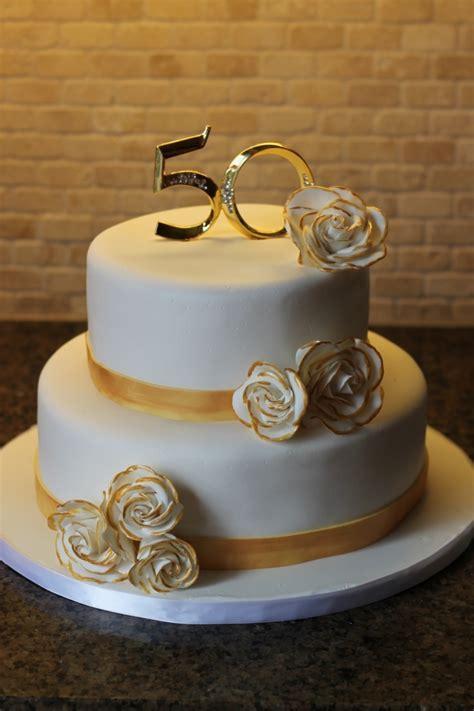 Gâteau d'anniversaire blanc et or pour les 50 ans de votre