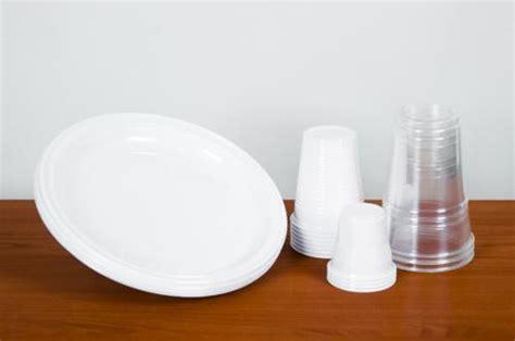 piatti e bicchieri di plastica dove buttare bicchieri e piatti di plastica essere