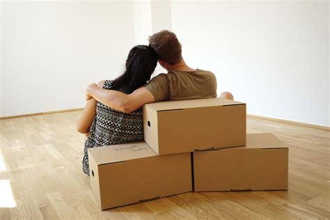 gemeinsame wohnung junges paar bezieht eine gemeinsame wohnung lizenzfreie
