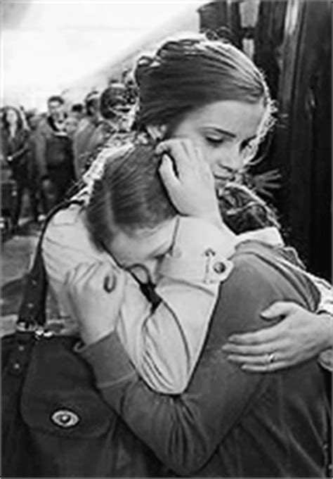 how to give a comforting hug 1000 images about hugs good for the soul on pinterest