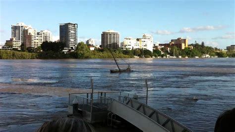 boat r brisbane boat sinks in brisbane flood 2011 youtube