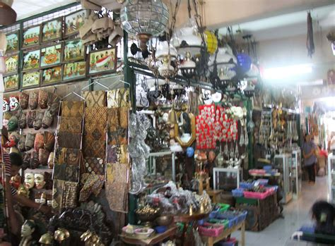 Barang Antik Di Pasar Triwindu pasar triwindu antik dan berarti atmajaya news