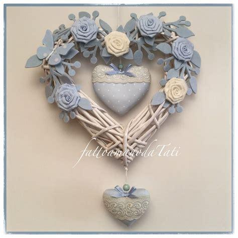 culle bianche cuore fiocco nascita in vimini con roselline bianche e