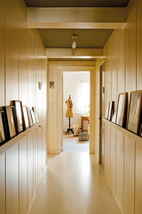decorar pasillos con estanterias pasillo revestido con lamas de madera con estanter 237 as y
