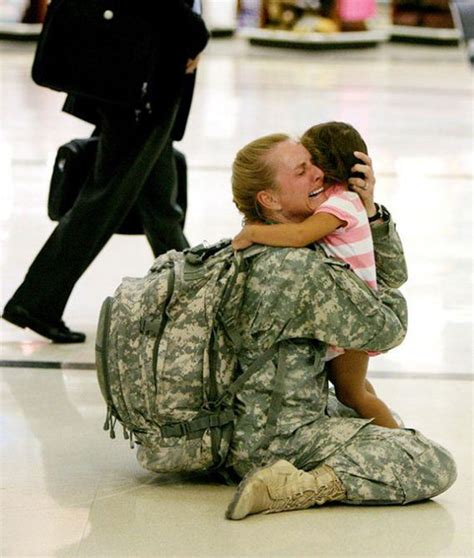 23 heartwarming photos of soldiers being reunited with