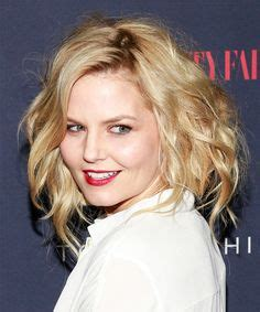 nicole mitchell short curly casual hairstyle christina applegate medium wavy hairstyle hairstyles