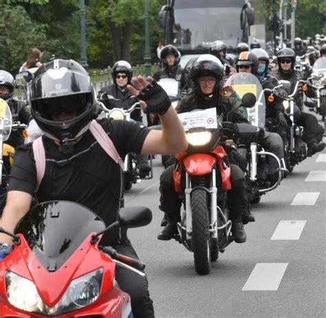 Motorrad Fahren Um Hamburg by Hunderte Motorr 228 Der Fahren Zum Brandenburger Tor Welt