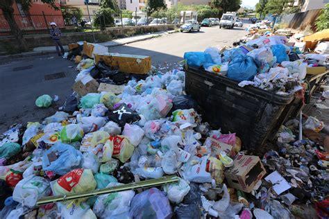 cronaca di porto empedocle porto empedocle si cammina tra i rifiuti giornale di