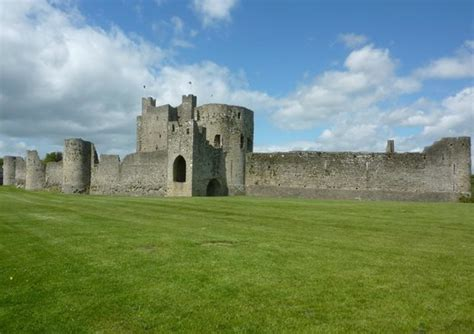curtain wall of a castle the curtain wall and barbican gate trim castle picture