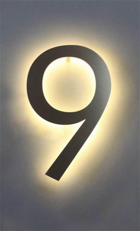 hausnummer mit beleuchtung eine mit led hinterleuchtete 9 aus edelstahl als hausnummer