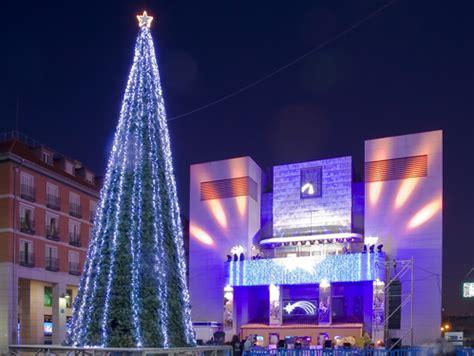 arboles de navidad exteriores alquiler de 225 rboles de navidad gigantes