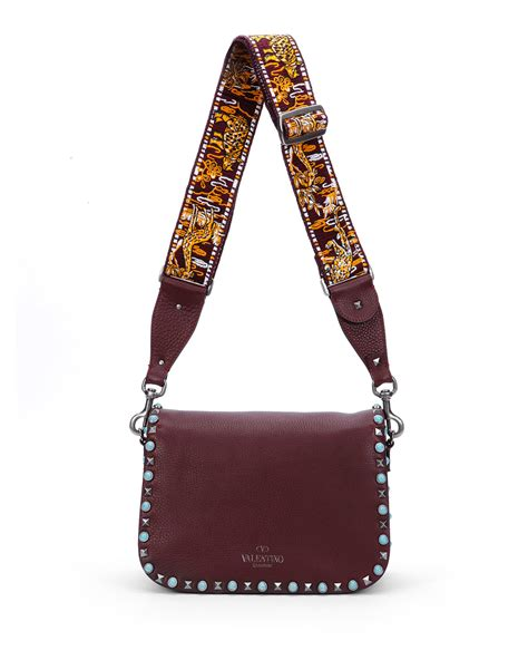 Tas Flap Stud valentino rockstud studded messenger bag in bordeaux