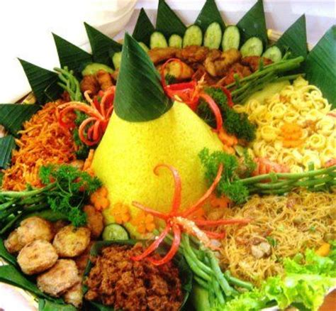 ara membuat nasi kuning nasi tumpeng yellow rice with many dishes indonesian