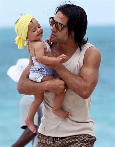 papa coge a su hija padre coge a su hija papa coge asu hija padre golpea a su
