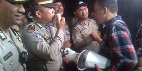 ahok di mako brimob polisi bubarkan pendukung ahok di depan mako brimob