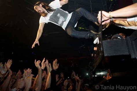 stage dive steve aoki stage dive malfunction in