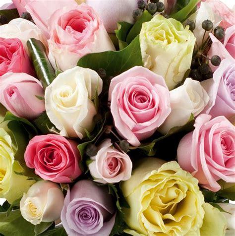 maggio fiori la tavola di maggio tra fiori a centrotavola e su